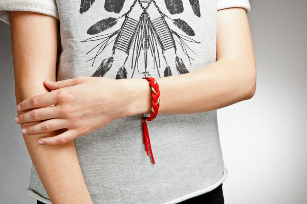 Bracelet-tresse---chaine-rougedoree-porte.jpg